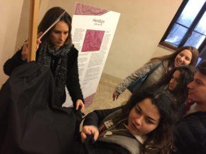 Alcuni studenti che fanno l'esperienza del toccare la riproduzione della Gioconda