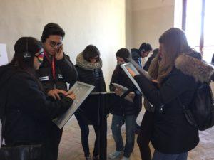 Gli studenti scoprono l'esperienza di ascoltare e seguire un'opera senza la vista, solo con il tatto.