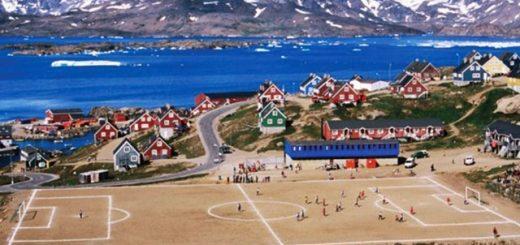 Il campo da calcio di Tasiilaq, cittadina dell'est della Groenlandia